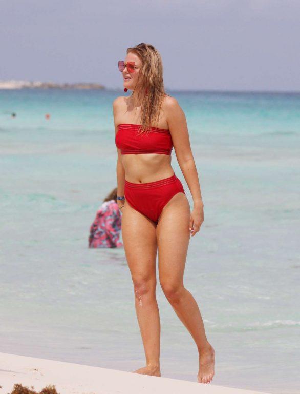 Grace Levy kırmızı bikini ile Tulum'da