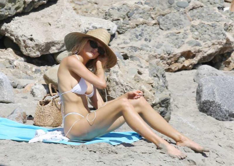 Charlotte Mckinney beyaz bikini ile Los Angeles'ta