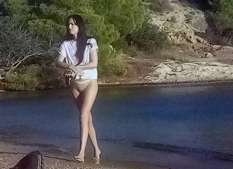Dakota Johnson sarı bikini ile Yunanistan'da