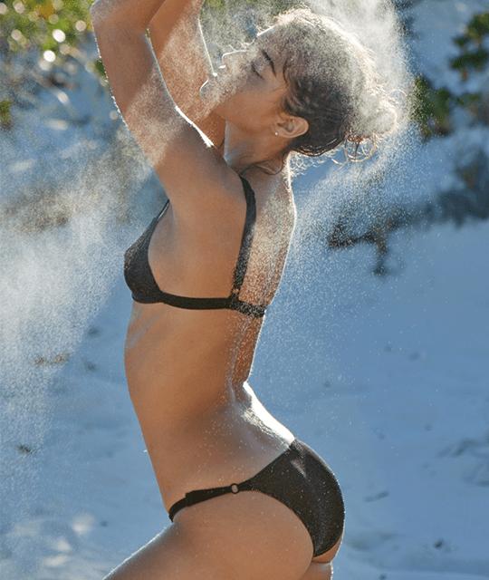 Daniela Lopez Osorio bikini ile plajda
