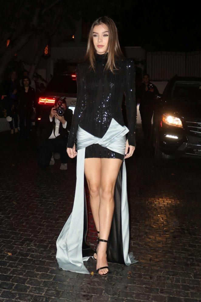 Hailee Steinfeld siyah mini elbiseyle