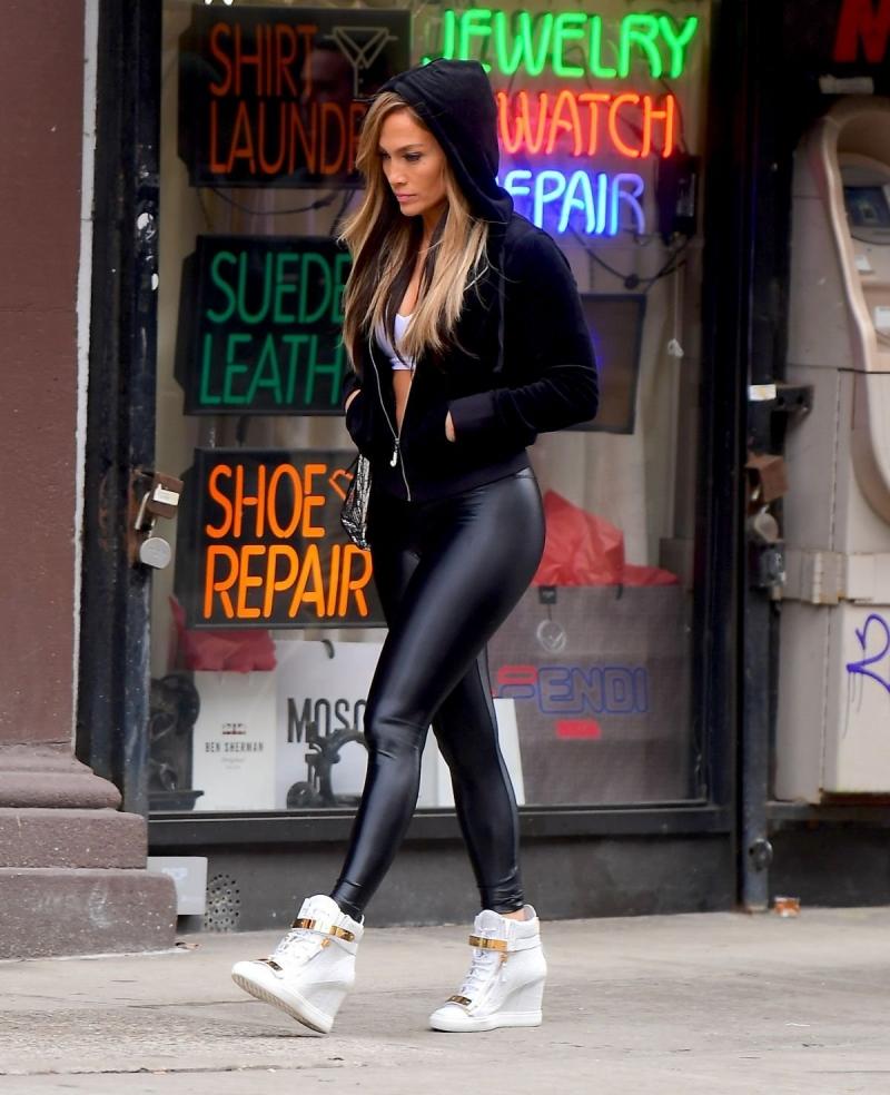 Jennifer Lopez siyah tayt ile film setinde