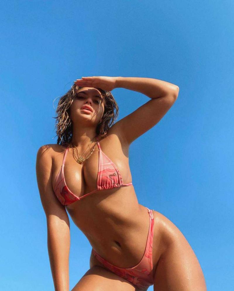 Sofia Jamora pembe bikini ile çekimlerde