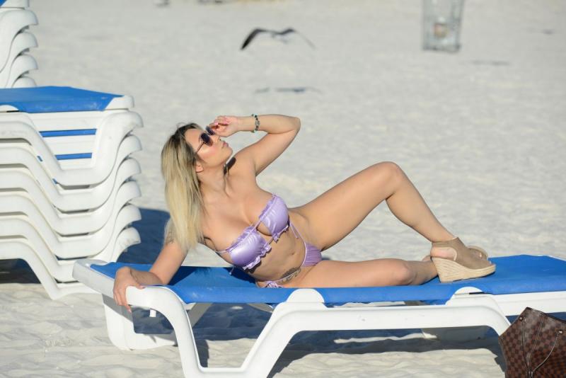 Bella Bunnie Amor bikini ile Fort Lauderdale plajında