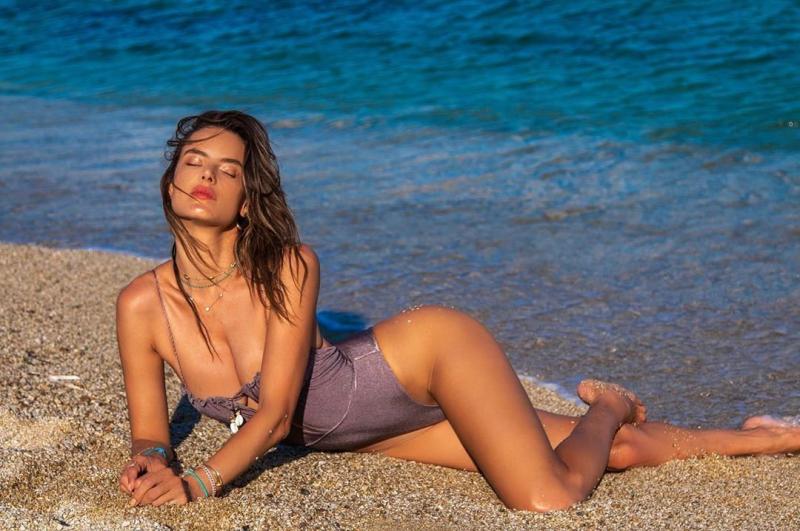 Alessandra Ambrosio mayo ile deniz kenarında