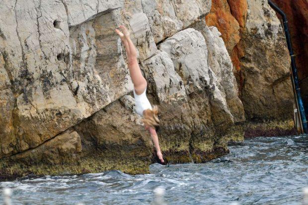 Margot Robbie beyaz mayo ile Cannes Eden Roc hotelde