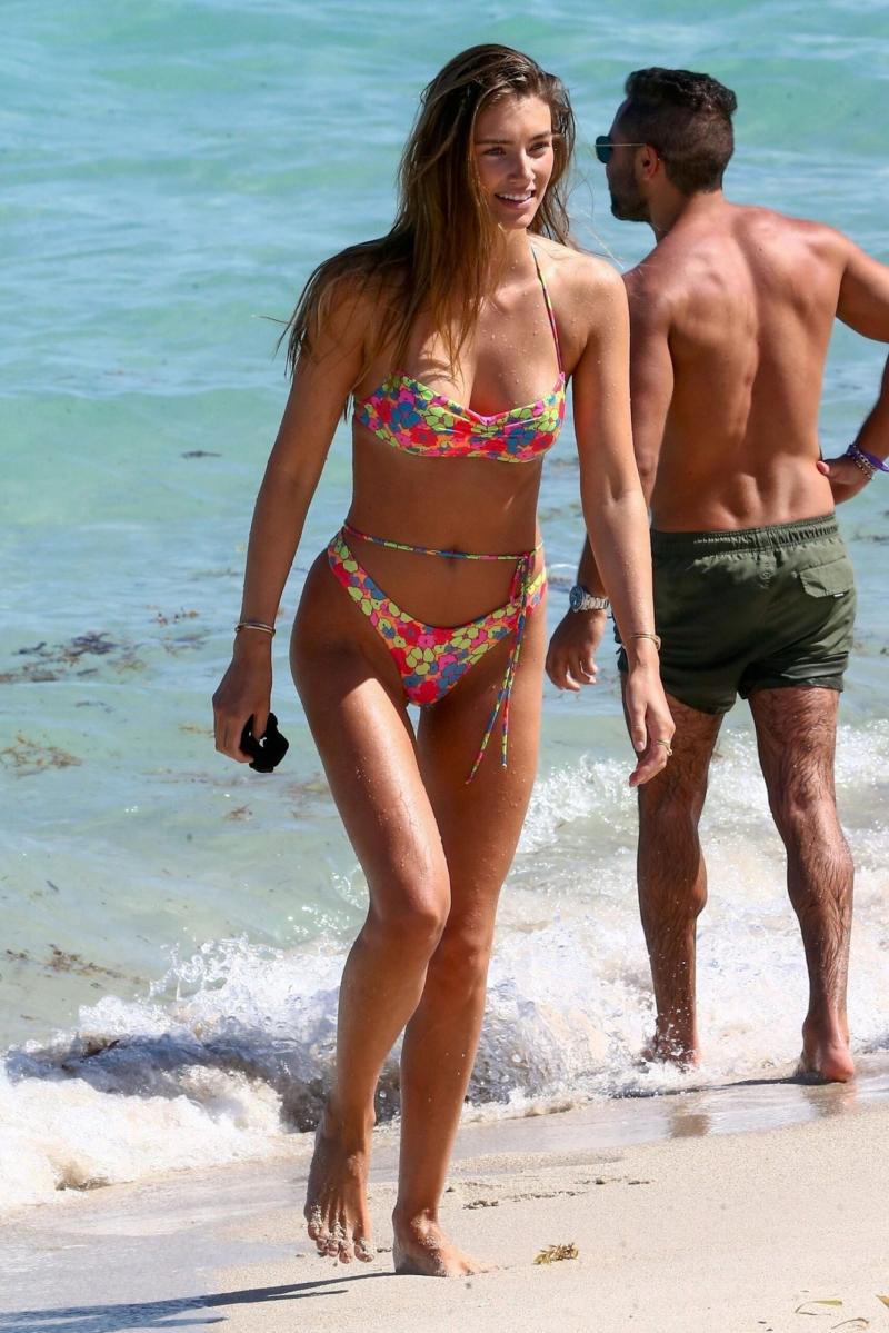 Lorena Rae bikini ile Miami plajında