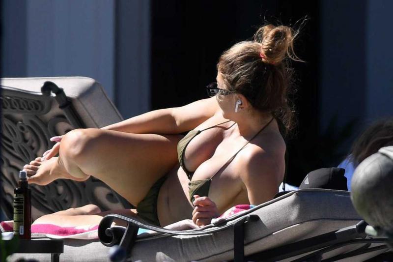 Larsa Pippen tanga bikini ile Ft. Lauderdale'da havuzda