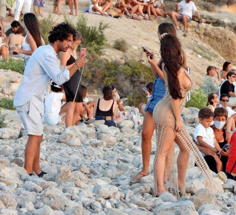 Demi Rose Mawby İspanya plajında