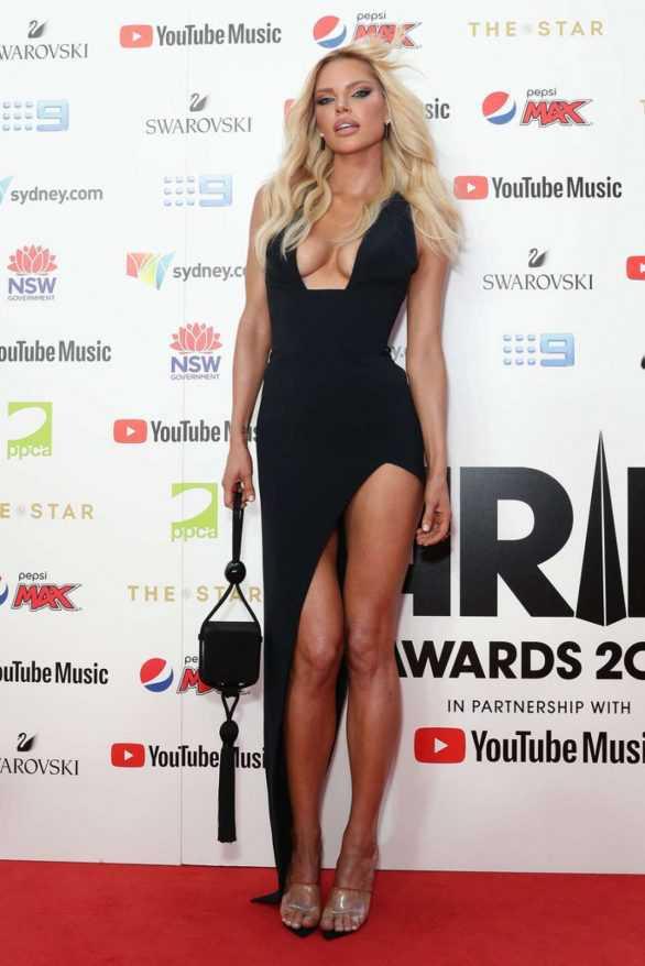 Sophie Monk siyah yırtmaçlı elbiseyle