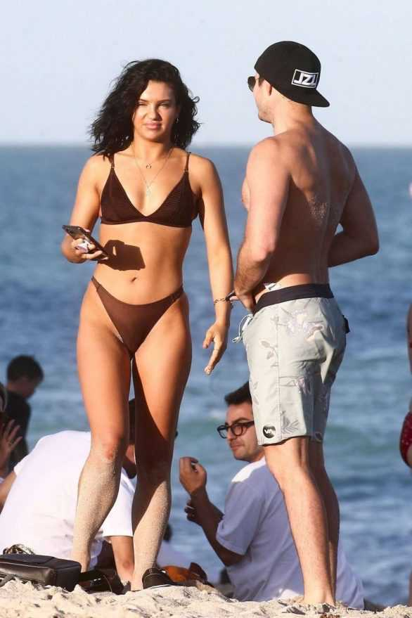 Alexandra Cane kahverengi bikiniyle Miami plajında