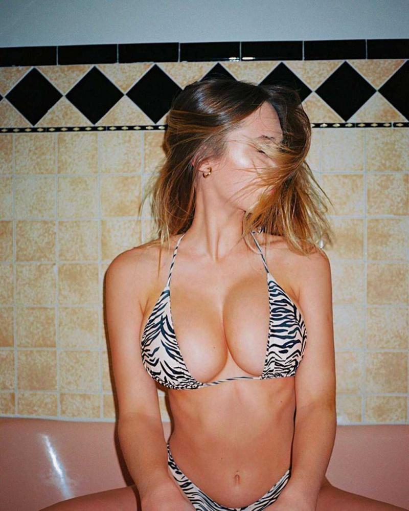Elsie Hewitt bikiniyle fotoğraf çekimlerinde