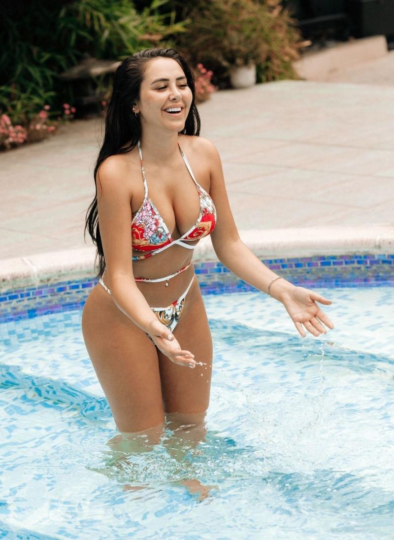 Marnie Simpson renkli bikiniyle