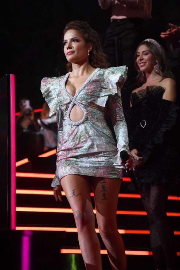 Halsey mini elbise ile MTV gecesinde