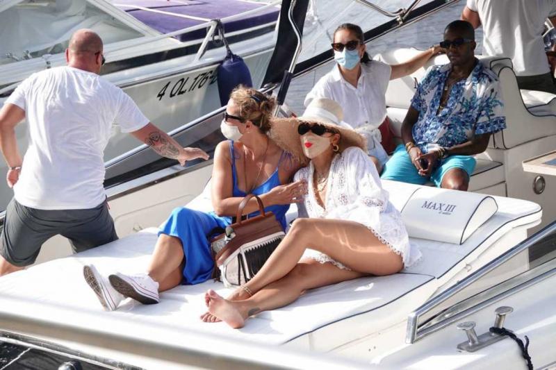 Rita Ora beyaz mini elbiseyle Capri'de