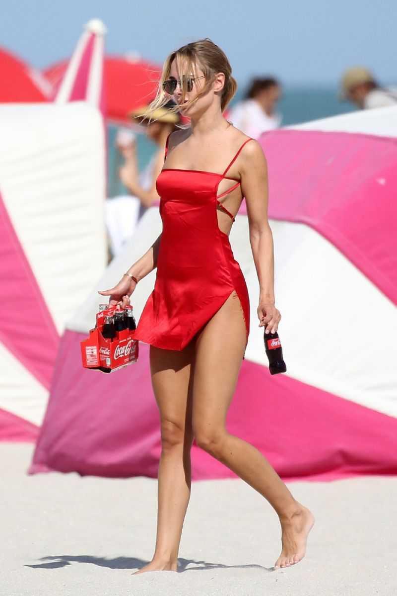 Kimberley Garner kırmızı saten gecelik ile plajda