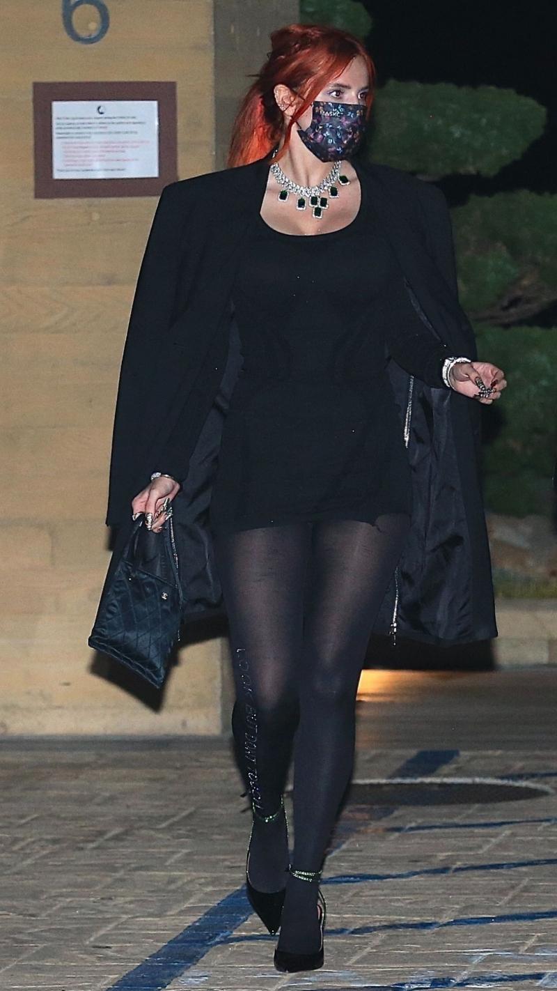 Bella Thorne siyah mini elbiseyle Malibu'da 06/04/2021