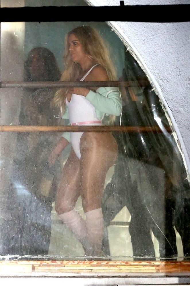 Khloe Kardashian beyaz mayo ile
