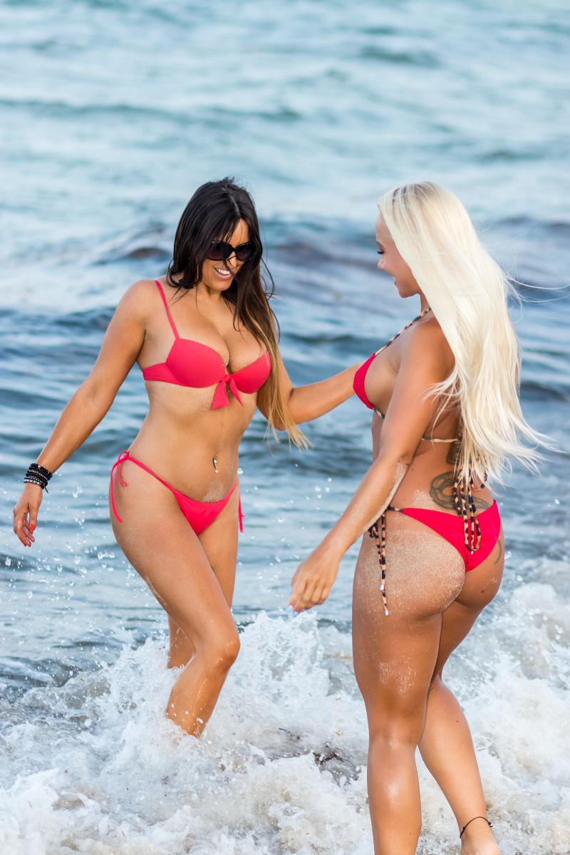 Claudia Romani ve Daisy Jae plajda yoga yaptı