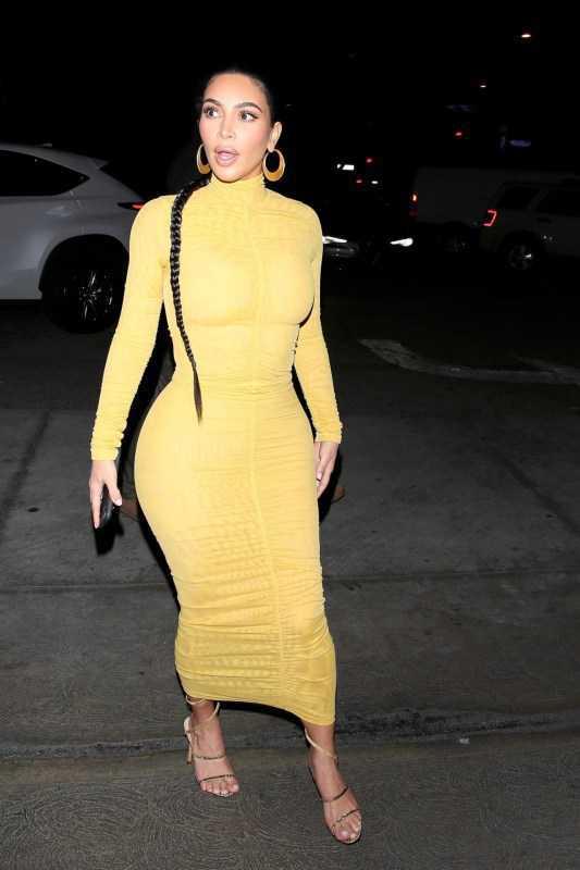Kim Kardashian sarı elbiseyle Carousel Restaurant'ta