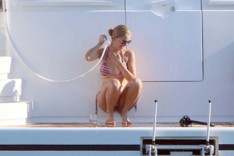Victoria Swarovski bikiniyle Ibiza'da