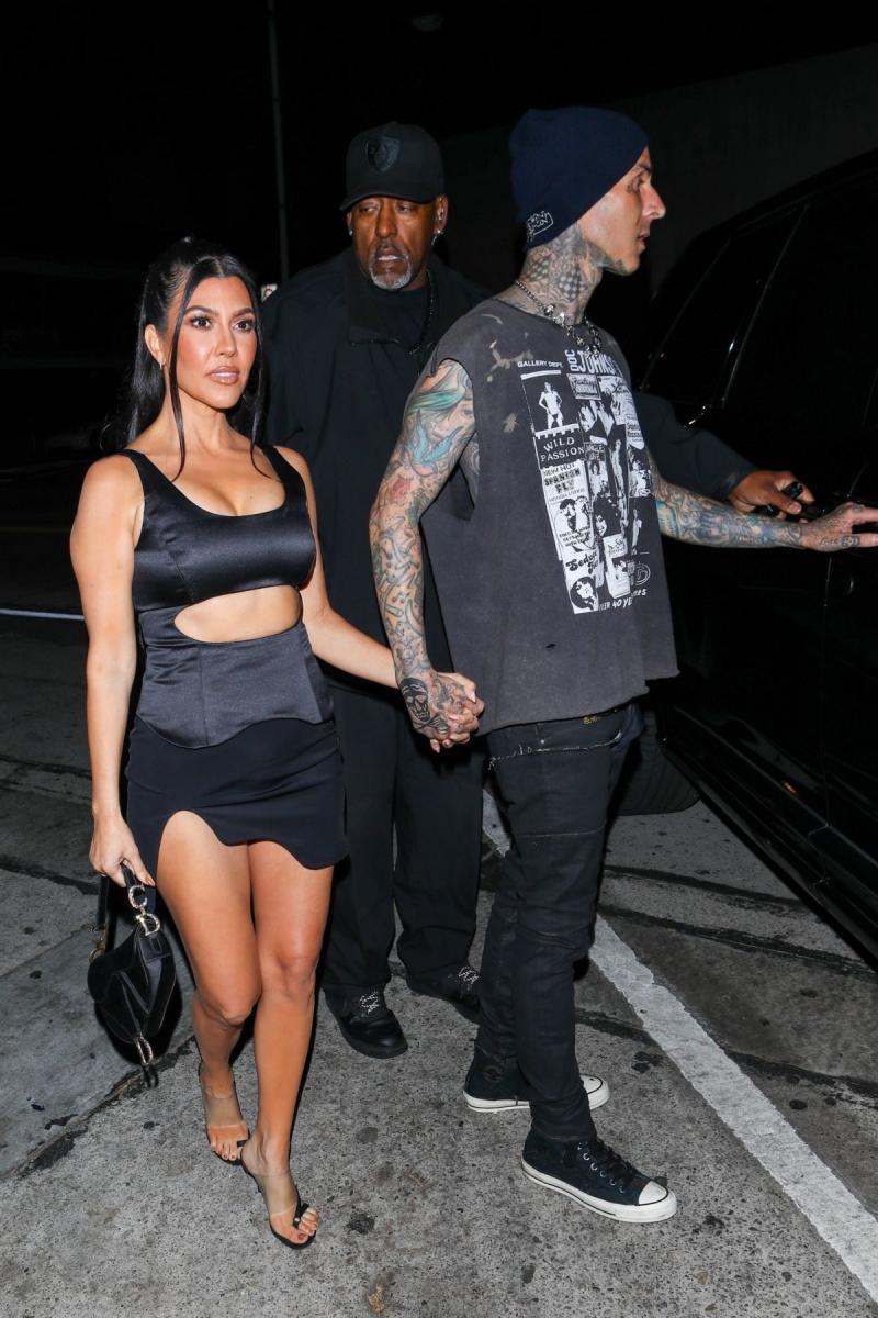 Kourtney Kardashian mini elbiseyle Batı Hollywood'da