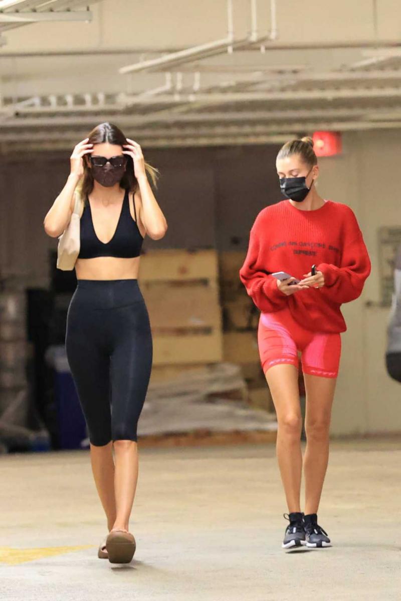 Kendall Jenner ve Hailey Bieber tayt ile alışverişte