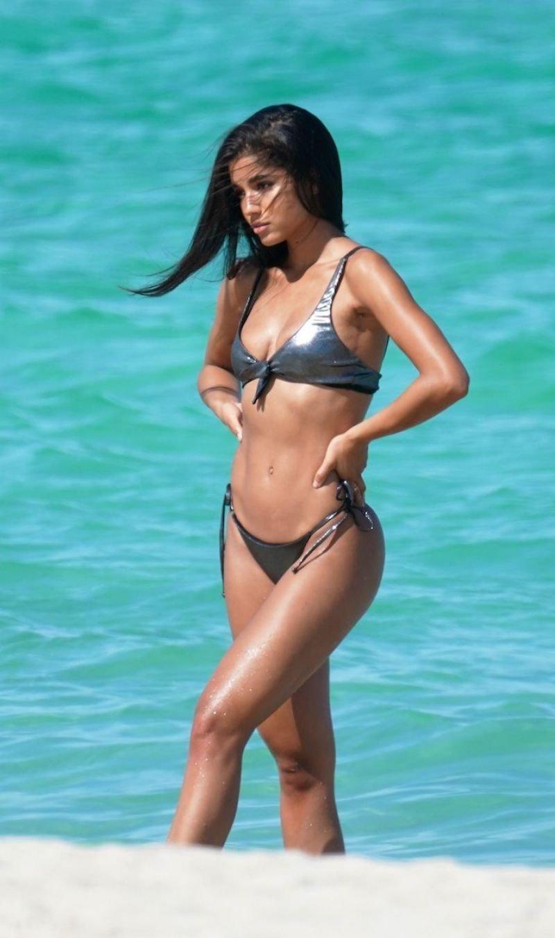 Yovanna Ventura gri bikini ile Miami plajında