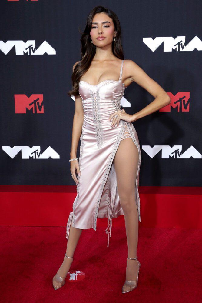 Madison Beer yırtmaçlı elbiseyle 2021 MTV Video müzik ödülleri etkinliğinde