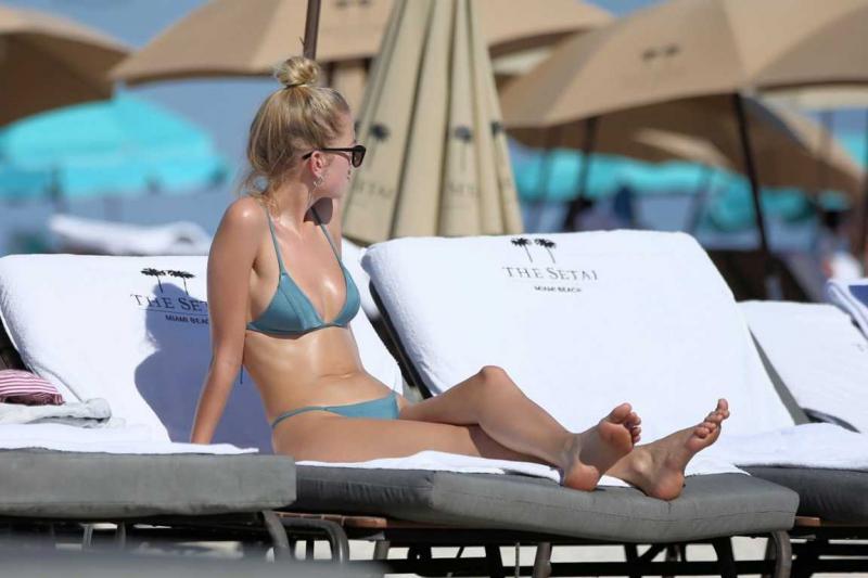 Daphne Groeneveld yeşil tanga bikiniyle Miami plajında
