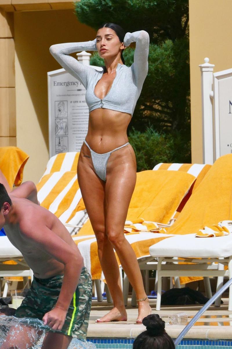 Nicole Williams tanga bikini ile Las Vegas'ta