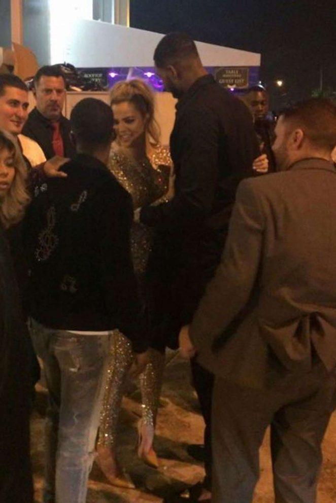 Khloe Kardashian tayt kostümle sokakta