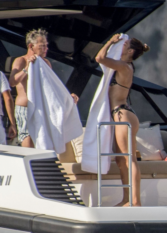Katharine McPhee bikiniyle yatta