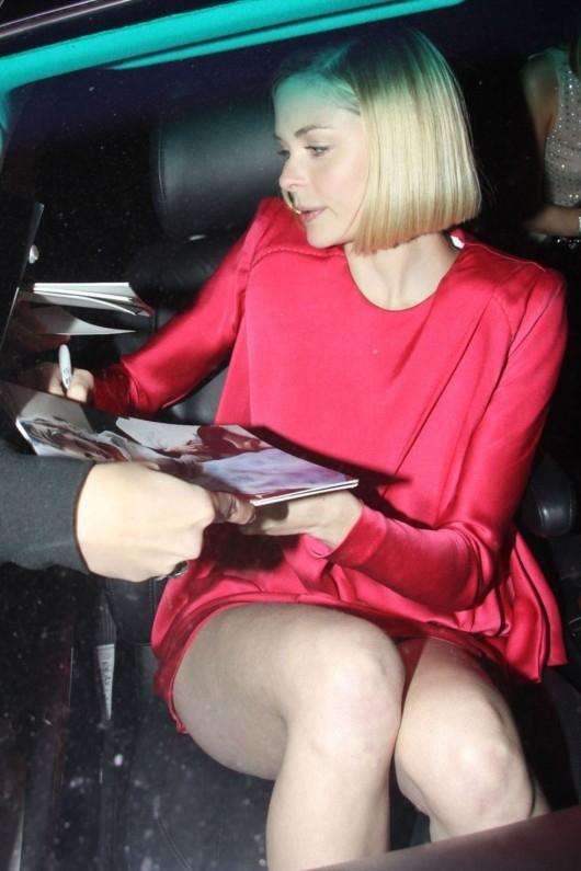 Jaime King kırmızı mini elbiseyle