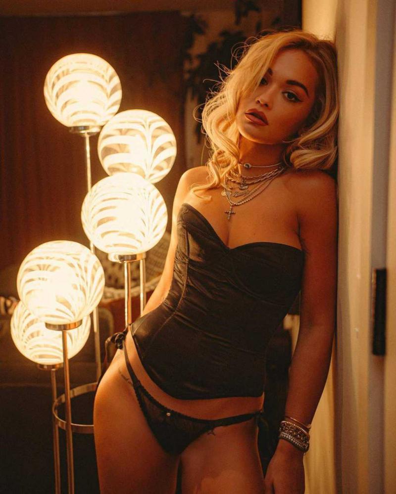 Rita Ora siyah iç çamaşırı ile fotoğraf çekimlerinde