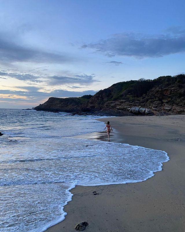 Zoey Deutch bikini ile plajda