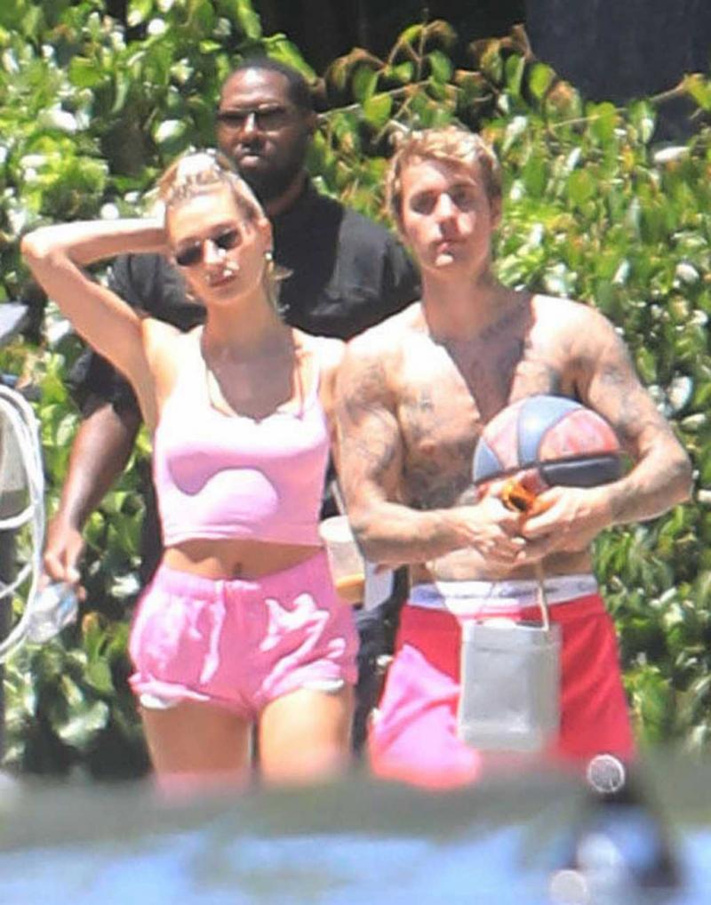 Hailey Baldwin Bieber pembe şortla