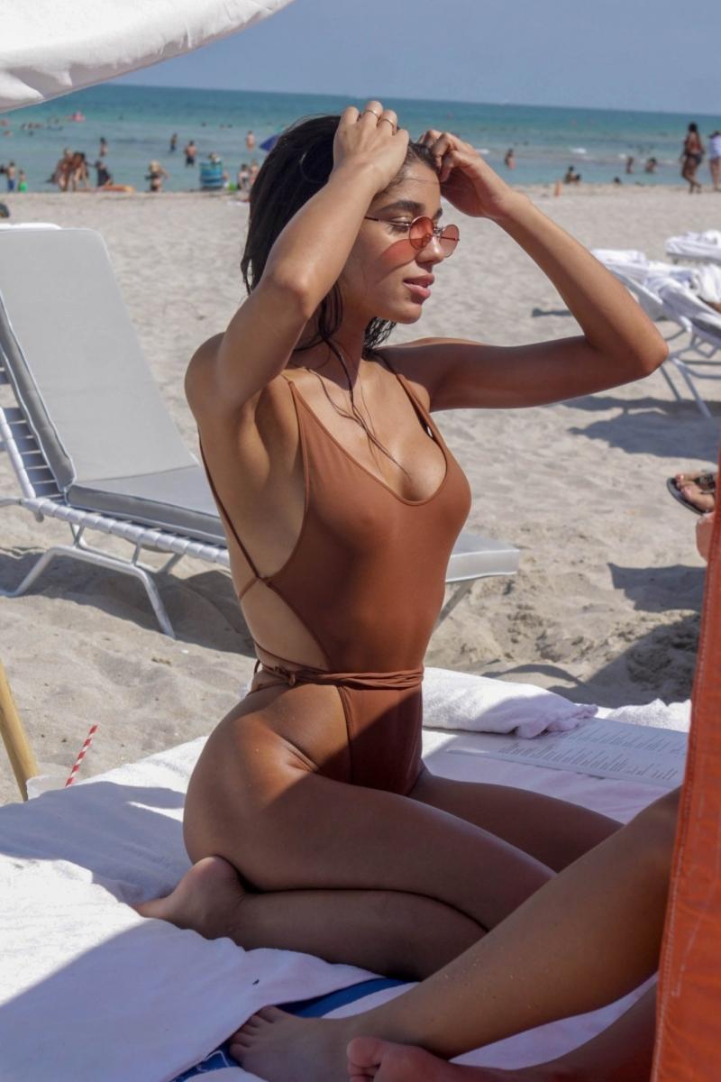 Yovanna Ventura kahverengi tanga mayoyla Miami plajında