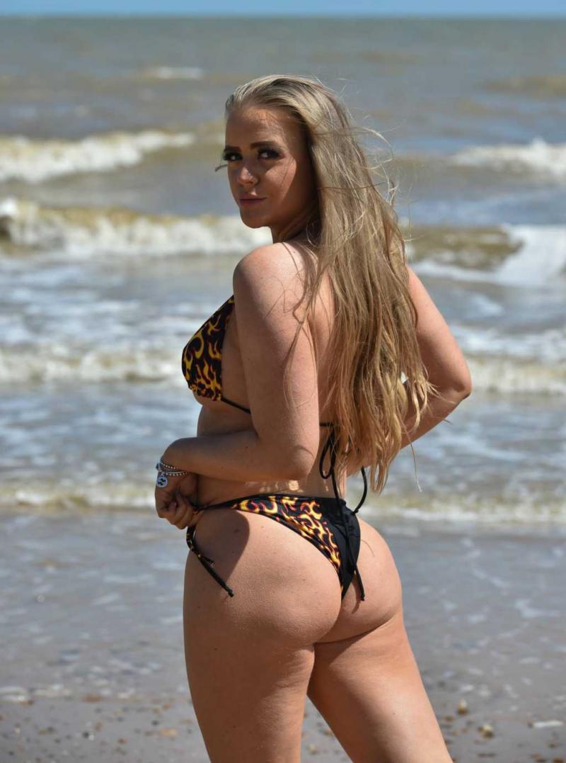 Megan Clark siyah bikiniyle Frinton plajında