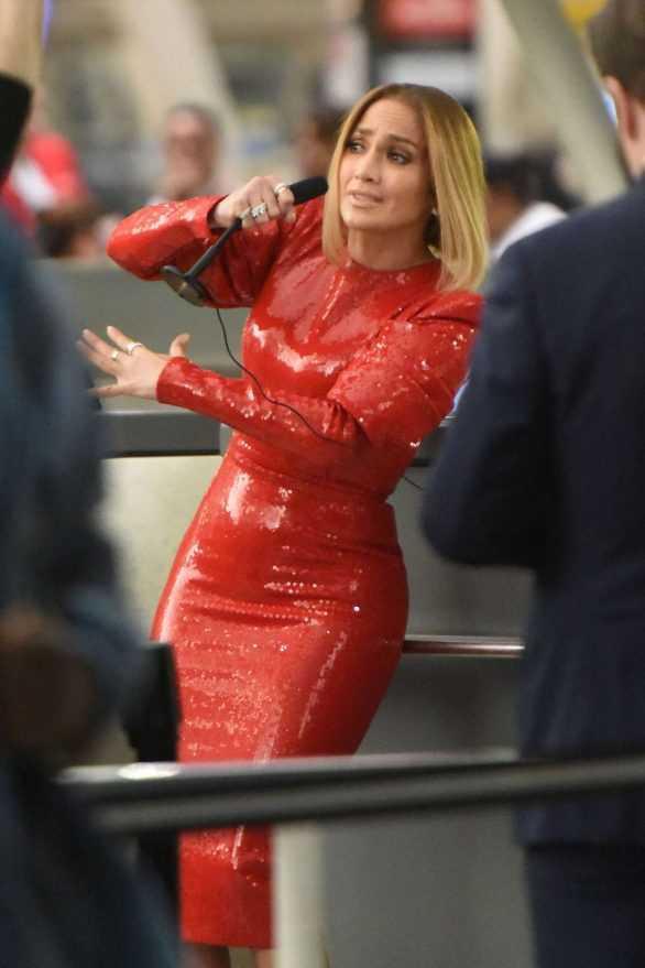 Jennifer Lopez kırmızı dar elbiseyle film setinde