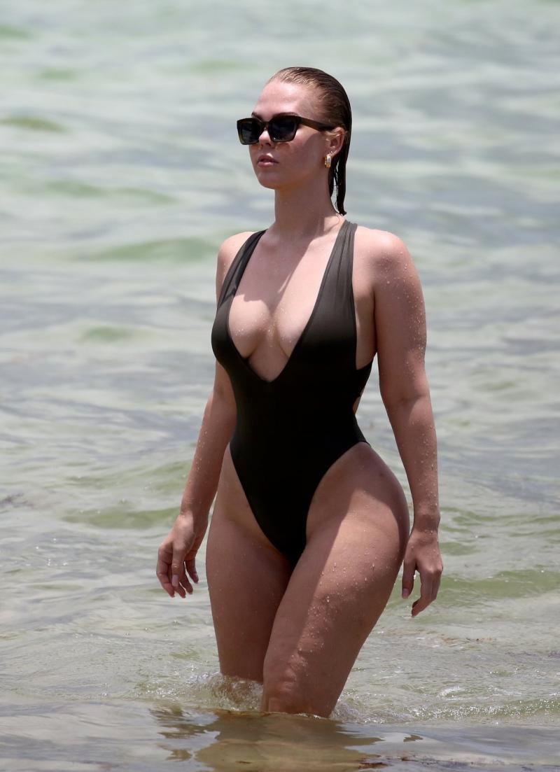 Bianca Elouise - Siyah mayo ile Miami'de