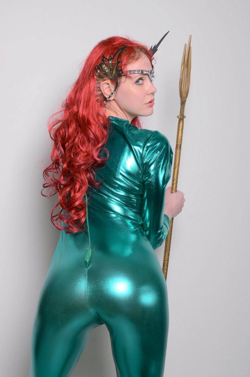 Maitland Ward yeşil deri kostümle
