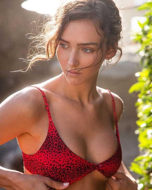 Rachel Cook kırmızı bikini ile plajda