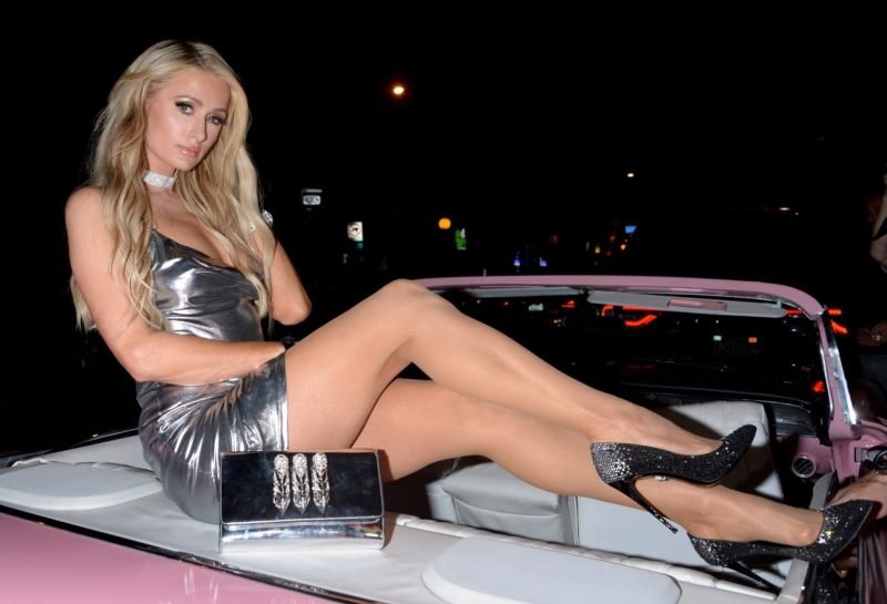 Paris Hilton mini elbiseyle arabada