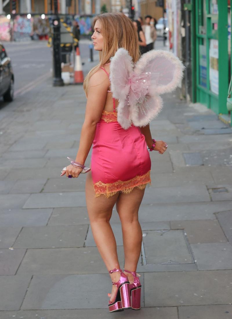 Maisie Smith mini elbiseyle Londra'da
