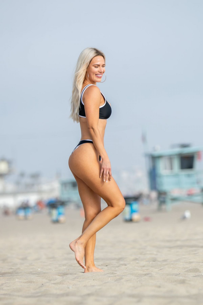 CJ Perry bikini ile Venice plajında köpek ile oynadı