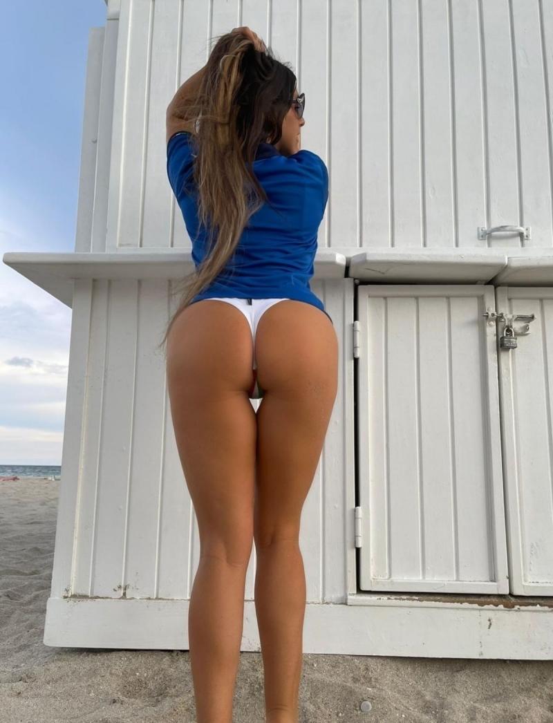 Claudia Romani formayla Miami plajında
