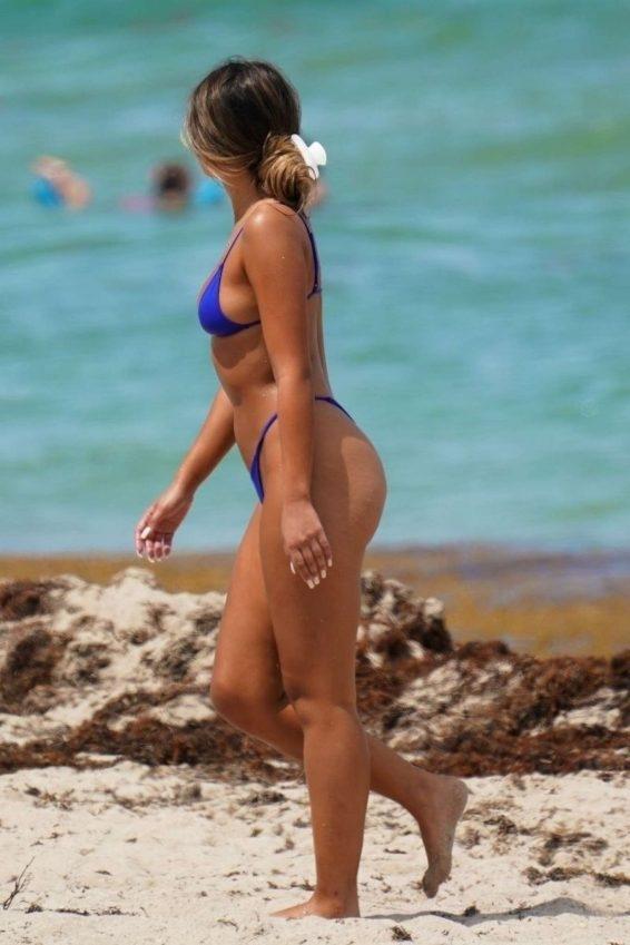 Sofia Jamora - Mavi bikini ile Miami plajında