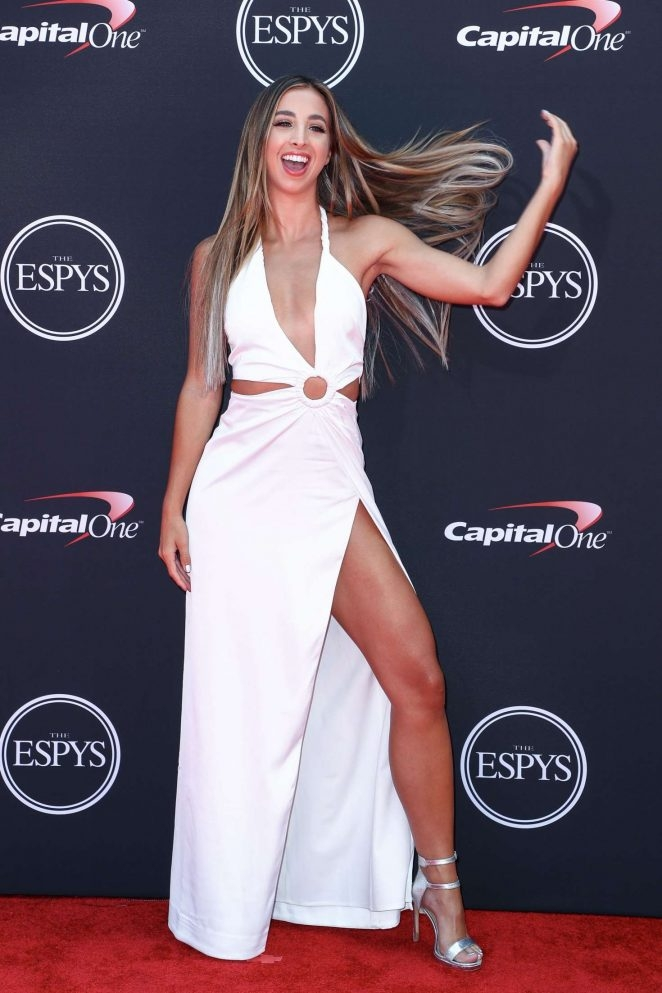 Katie Austin - beyaz yırtmaçlı elbise