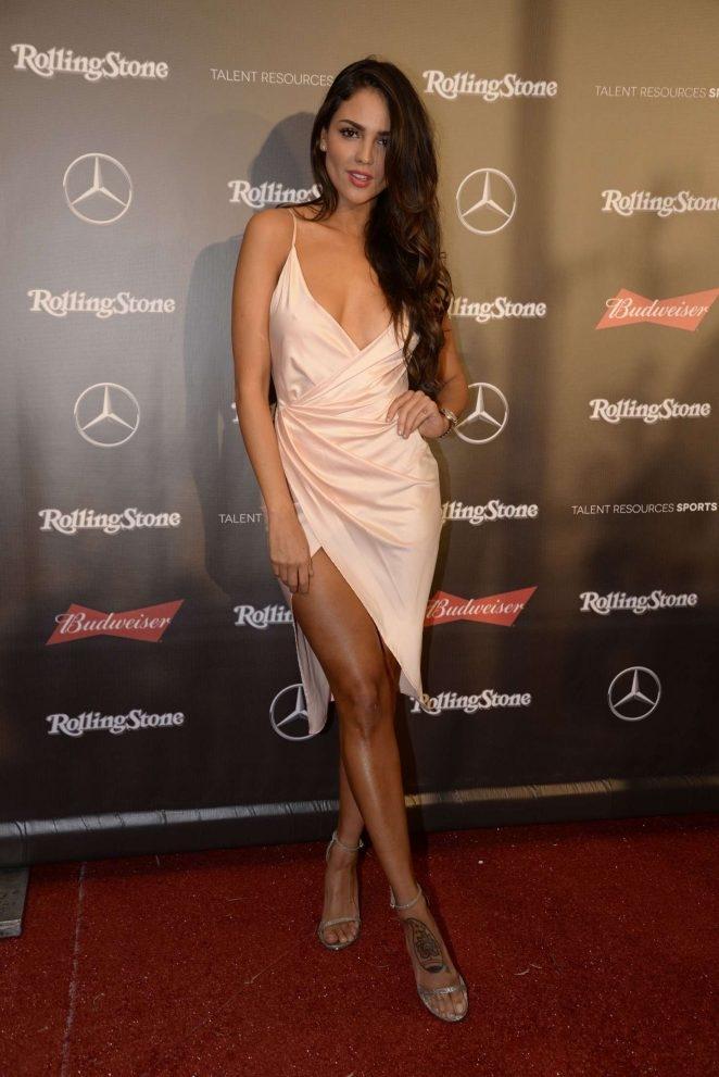 Eiza Gonzalez yırtmaçlı elbiseyle